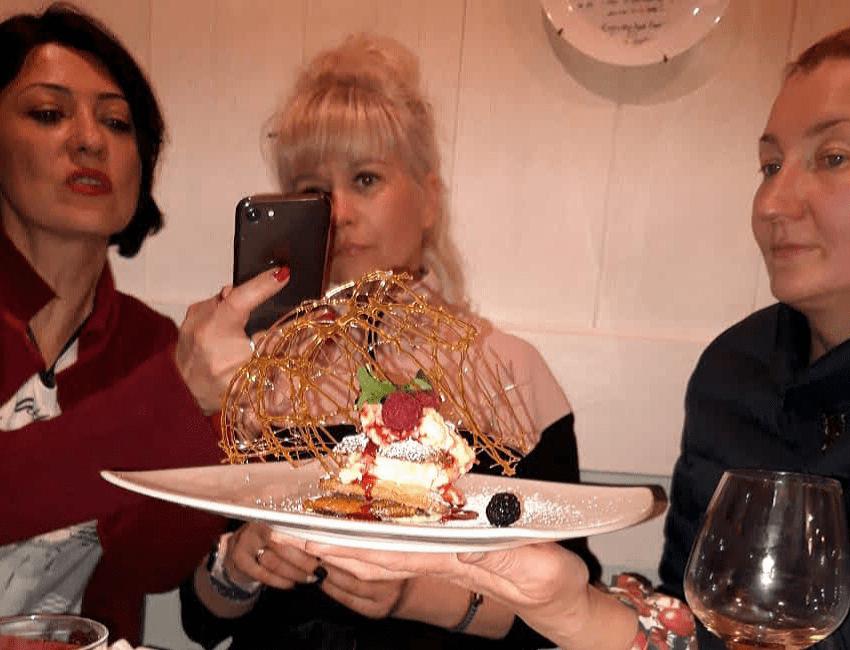 Фоткают десерт горизонталь